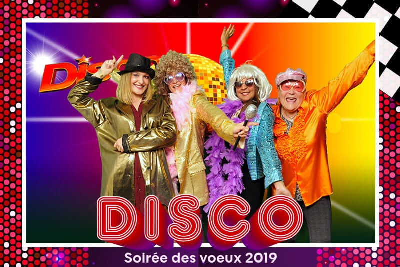 Animation photo fond vert avec costumes,  thème disco : 4 personnes prennent la pose.