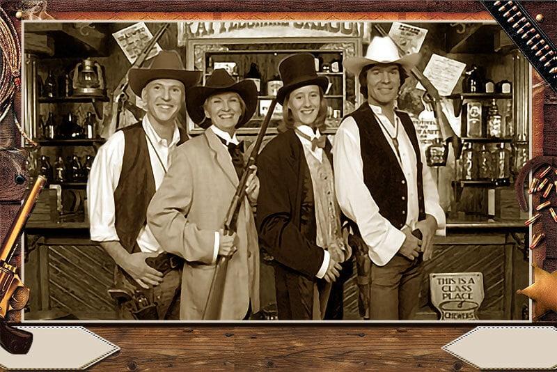 4 Cowboys prennent la pose dans un saloon avec l'animation fond vert.