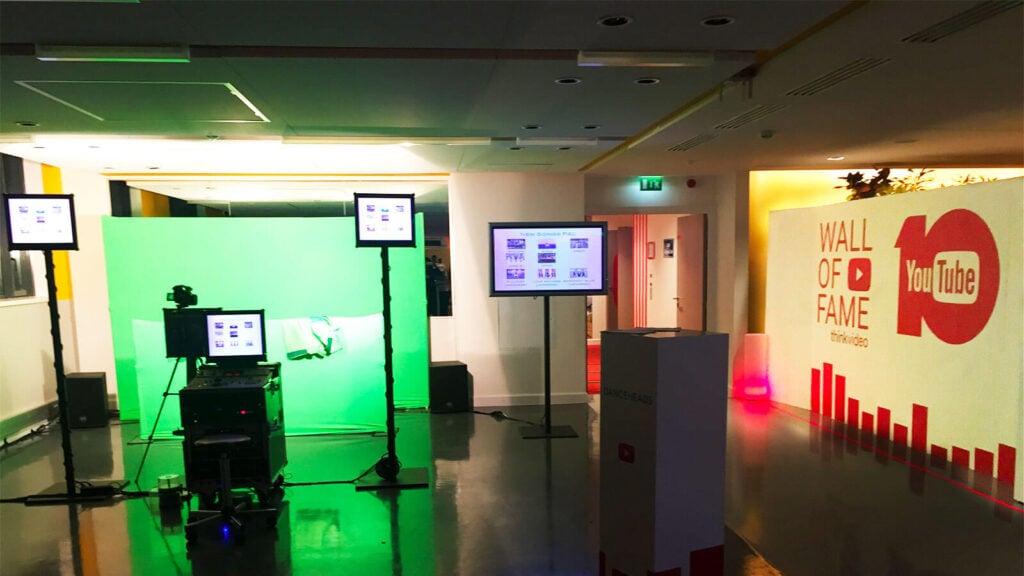 Installation de notre animation video fond vert Dance Heads dans les locaux de Google à Paris