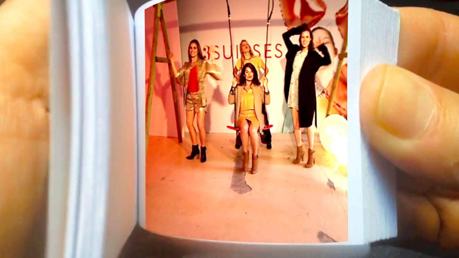 Animation centre commercial : 1 personne sur une balançoire pose pour l'animation Flipbook