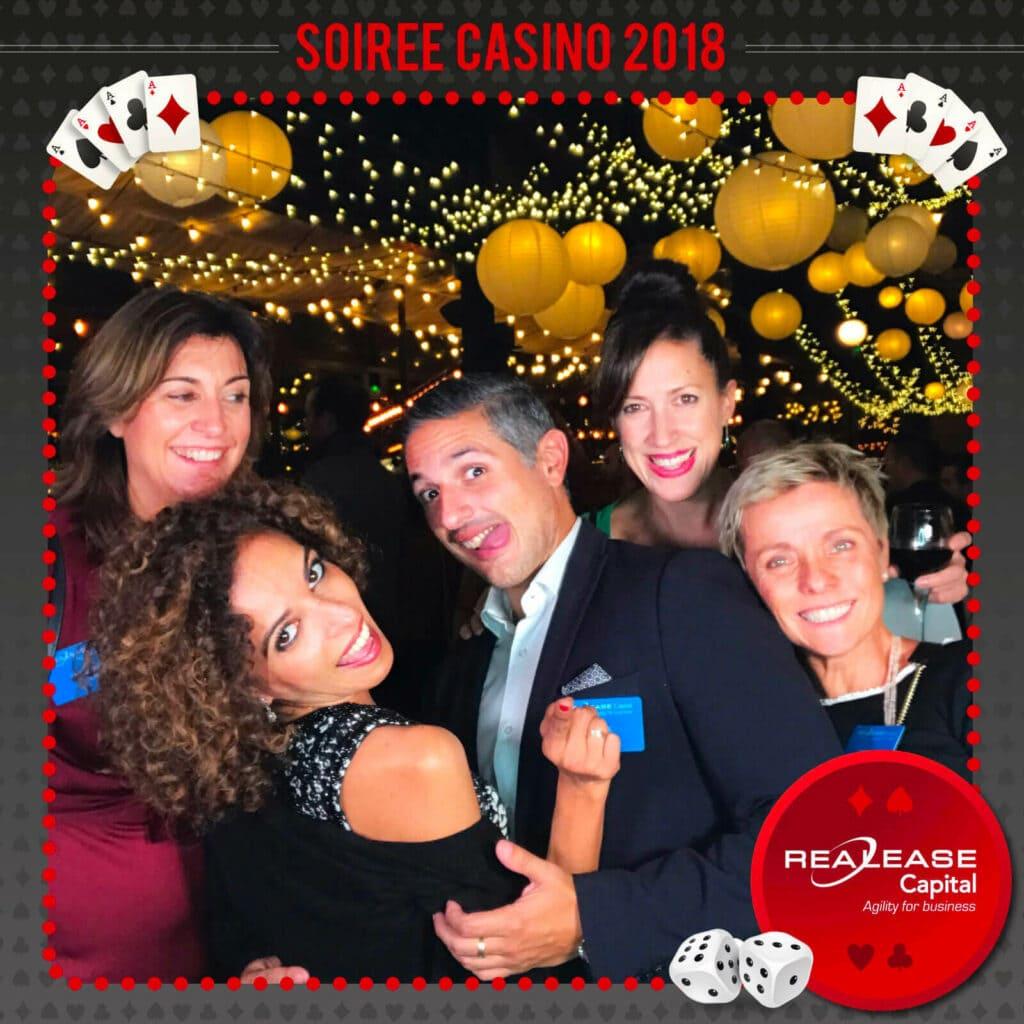 Prestataire animation événementielle: Photo de groupe au cours d'un événement d'entreprise pour une soirée Casino