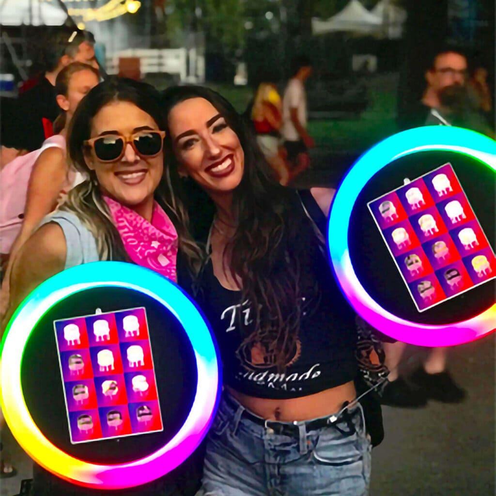 animation street marketing : 2 hôtesses se proménent dans les rues avec un Photobooth mobile dans leur main