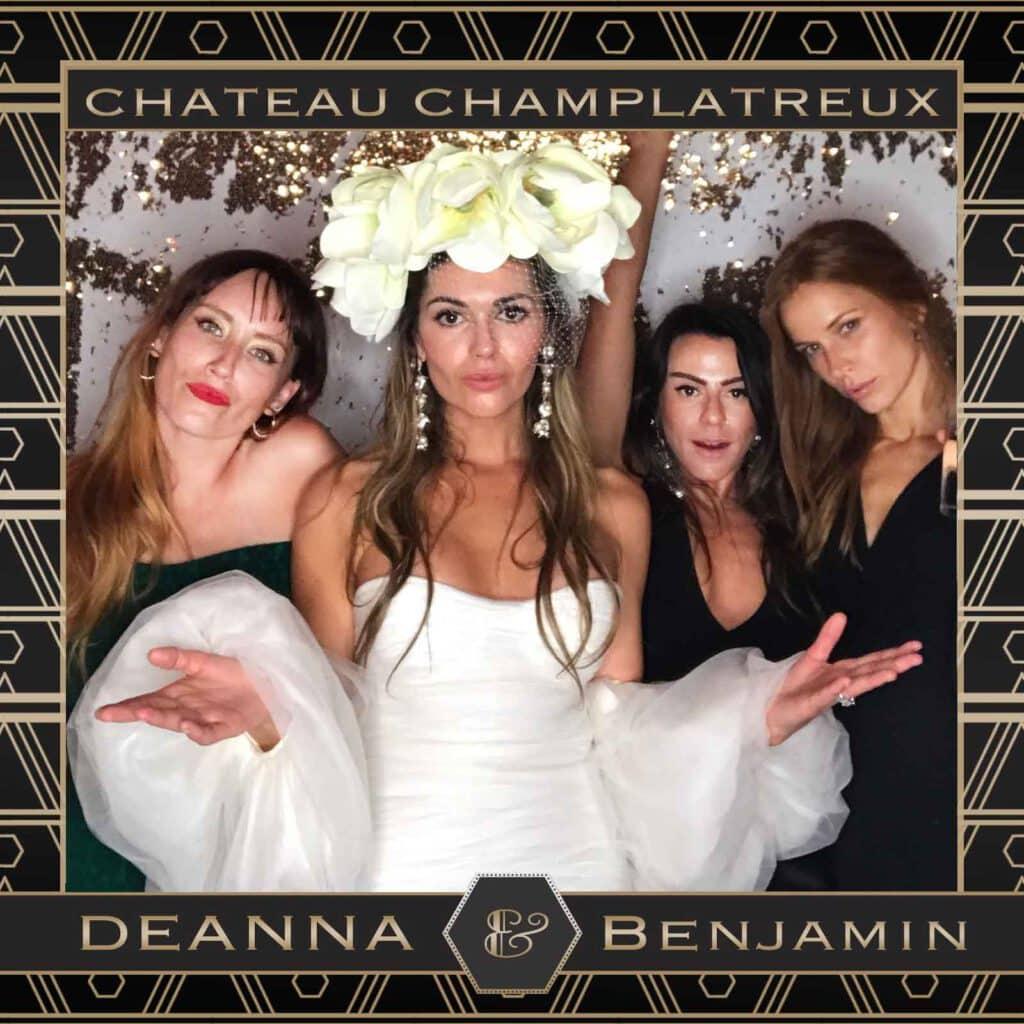 Borne photo mariage ou photobooth mariage : 3 personnes posent avec la mariée devant la borne photo Gif SnapGIF