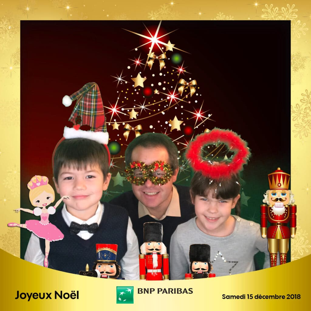 Animation centre commercial : Une famille pose devant le sapin avec des accessoires de Noël