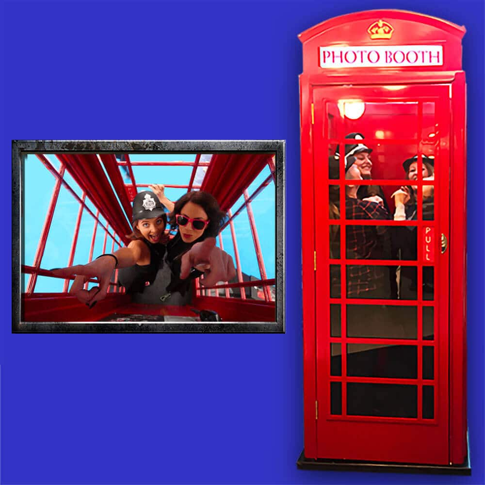 Photobooth cabine photo anglaise : Les invités posent pour une photo vue du ciel dans une cabine téléphonique anglaise.