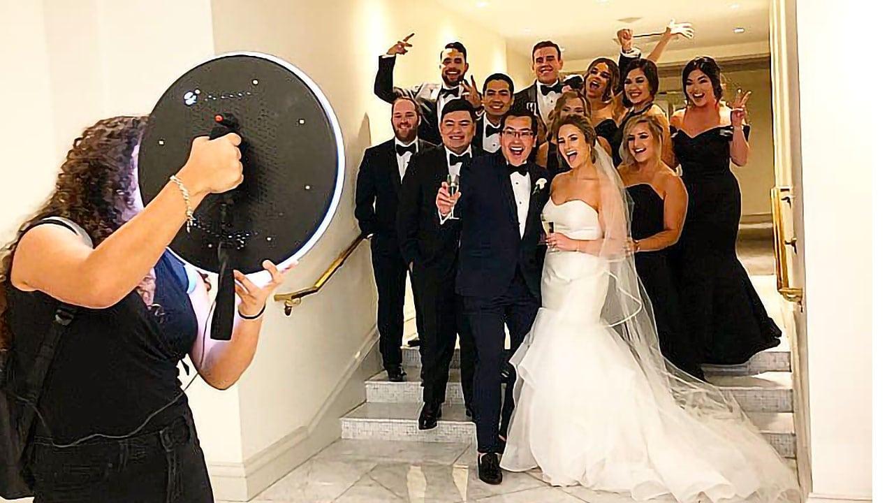 Photobooth mariage : les mariées et les invitées posent devant un photobooth mobile